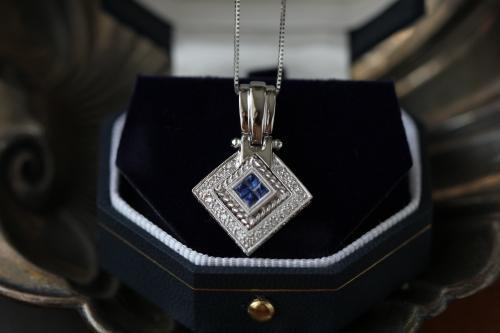 Lo zaffiro, la pietra blu che ha conquistato il mondo dell'arte e dell'intrattenimento