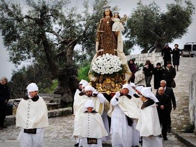 La lunga Pasqua mottolese con la Confraternita del Carmine finisce con la Domenica in Albis, presso il santuario rupestre della Madonn' Abbasc'
