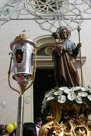 """Tradizionale sfilata dei traìni e """"Zjarrhe Madhe"""" in onore di San Giuseppe"""