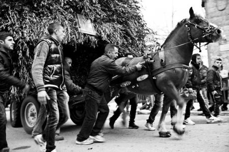"""Tradizionale sfilata dei traìni e """"Zjarre Madhe"""" (grande falò in onore di San Giuseppe)"""
