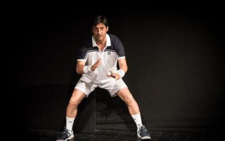 Emilio Solfrizzi veste i panni del campione di tennis Roger