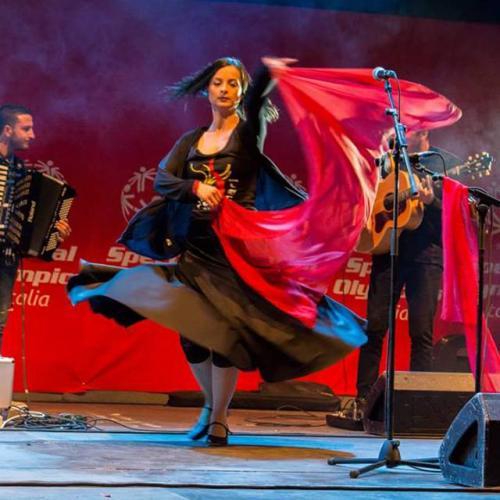 """""""Serata rosa"""" con stage e concerto di pizzica dei """"Scianari"""", e poi dj set, sabato 20 luglio a La'nchianata di Torricella (Ta)."""