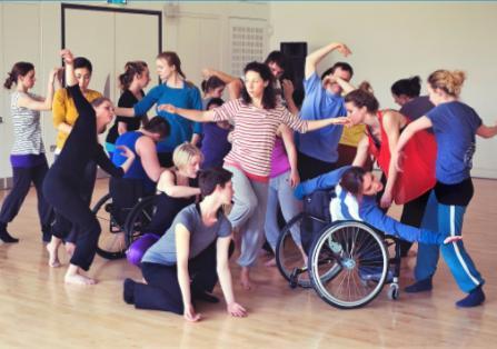 Performance di danza inclusiva Movimento libero
