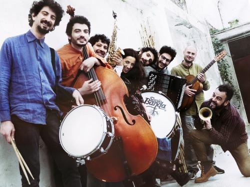 Sossio Banda in concerto sabato 24 agosto a La'nchianata di Torricella (Ta), per il Popularia Festival 2019. A seguire dj set