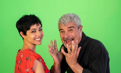 Pino Insegno e sua moglie insegnano l'amore tra sorrisi e canzoni